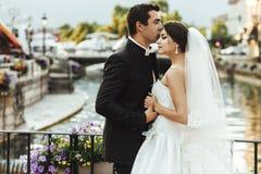 Красивая счастливая невеста и красивый чувственный groom на романтичном bri Стоковые Изображения