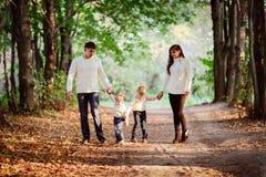 Красивая счастливая семья в свитерах с его 2 сыновььями в передней части Стоковые Фото