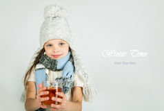 Красивая счастливая усмехаясь девушка зимы с кружкой чая Смеясь над девушка Стоковое Изображение