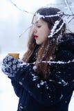 Красивая счастливая усмехаясь женщина зимы с чашкой внешней Стоковая Фотография RF
