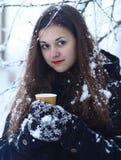 Красивая счастливая усмехаясь женщина зимы с чашкой внешней Стоковые Изображения RF