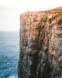 Красивая съемка высокого утеса рядом с морем стоковое изображение rf