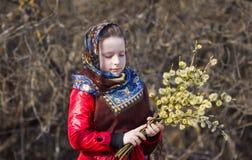 Красивая славянская девушка с хворостинами вербы в руке в древесинах Стоковое фото RF