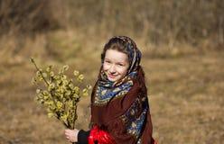 Красивая славянская девушка с хворостинами вербы в руке в древесинах Стоковое Изображение