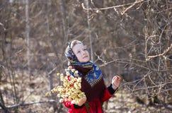 Красивая славянская девушка с хворостинами вербы в руке в древесинах Стоковые Изображения RF