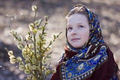 Красивая славянская девушка с хворостинами вербы в руке в древесинах Стоковое Изображение RF