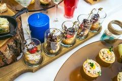 Красивая таблица банкета ресторанного обслуживании с различными закусками еды и закуски украшенные для торжества party, крупный п стоковое фото rf