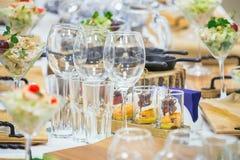 Красивая таблица банкета ресторанного обслуживании с различными закусками еды и закуски украшенные для торжества party, крупный п стоковые изображения rf