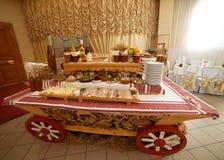 Красивая таблица шведского стола банкета ресторанного обслуживании украшенная в деревенском стиле Различные закуски, сандвичи и к стоковое фото
