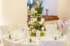 Красивая таблица установила для зеленой партии свадьбы или события, внутри помещения, стоковое фото rf