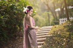 Красивая тайская девушка в тайском традиционном костюме Стоковая Фотография RF