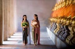 Красивая тайская девушка в тайском традиционном костюме Стоковые Фото