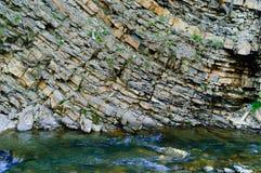 Красивая текстура естественного камня горы на быстрой предпосылке реки, концепция живой природы, космоса экземпляра Стоковое Фото