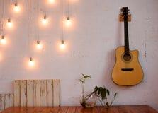 Красивая текстурированная стена с шариками желтого света Белая стена с стоковые фотографии rf
