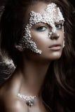 Красивая темн-с волосами девушка с модным Стоковые Изображения