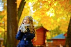 Красивая 6-ти летняя белокурая девушка при длинные волосы смотря унылый поднимающий вверх ag Стоковое Фото