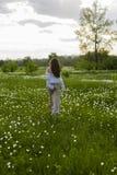 Красивая тонкая девушка нося модную белую рубашку, и bei стоковое изображение rf