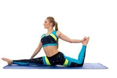 Красивая тонкая девушка делая протягивающ тренировки Стоковое Изображение