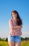 Красивая тонкая девушка на предпосылке природы Стоковые Изображения