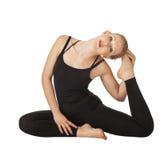 Красивая тонкая женщина делая йогу Стоковая Фотография
