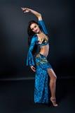 Красивая тонкая исполнительница танца живота женщины Стоковое Изображение