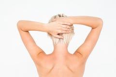 Красивая топлесс женщина касаясь ее волосам Стоковое Изображение RF