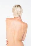 Красивая топлесс женщина касаясь ей назад Стоковые Фотографии RF
