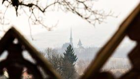 Красивая традиционная деревянная церковь от Maramures, Румынии, как увидено до конца крестам от кладбища в близрасположенной дере Стоковые Изображения