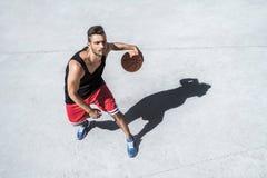 Красивая тренировка баскетболиста на суде самостоятельно Стоковая Фотография
