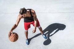 Красивая тренировка баскетболиста на суде самостоятельно Стоковые Изображения RF
