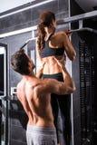Красивая тренировка молодой женщины в спортзале Стоковые Фото