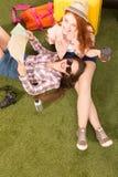 Красивая туристская дама лежа на зеленой траве Стоковые Изображения RF