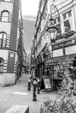 Красивая узкая майна в городе Лондона - пешеходной зоны - ЛОНДОН - ВЕЛИКОБРИТАНИЯ - 19-ое сентября 2016 стоковые изображения rf