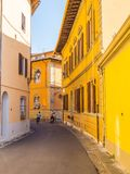 Красивая узкая майна в историческом центре города Пизы - ПИЗЫ ИТАЛИИ - 13-ое сентября 2017 стоковые изображения