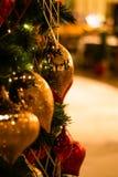 Красивая украшенная предпосылка праздника рождественской елки стоковые изображения rf