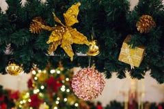 Красивая украшенная предпосылка рождественской елки с безделушкой и xm Стоковое фото RF