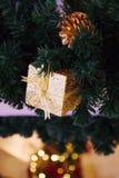 Красивая украшенная предпосылка рождественской елки с конусом сосны и Стоковая Фотография
