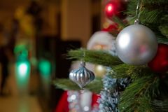 Красивая украшенная рождественская елка перед горящим камином на доме Фокус на камине Металлические безделушки Стоковая Фотография