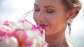 Красивая улыбка невесты и смотреть чувствующ так счастье в дне свадьбы видеоматериал