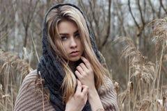 красивая унылая девушка идет в поле Фото в коричневых тонах стоковая фотография rf