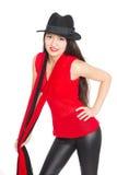 Красивая усмехаясь азиатская женщина в черной шляпе стоковая фотография