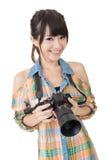 Красивая усмехаясь азиатская женщина с камерой фото стоковая фотография