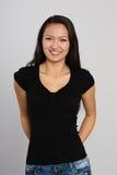Красивая усмехаясь азиатская молодая женщина стоковое изображение