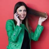 Красивая усмехаясь беседа девушки на smartphone Стоковое Фото