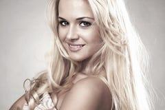 Красивая усмехаясь белокурая женщина Стоковая Фотография