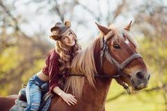 Красивая усмехаясь верховая лошадь девушки на поле осени Стоковое фото RF