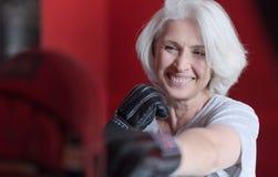 Красивая усмехаясь груша бокса женщины Стоковое Изображение