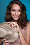 Красивая усмехаясь девушка при темное вьющиеся волосы держа солому Стоковое фото RF