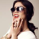 Красивая усмехаясь девушка с темными волосами с солнечными очками и bijou Стоковое Фото