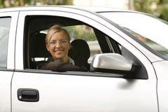 Красивая усмехаясь женщина в автомобиле Стоковые Изображения